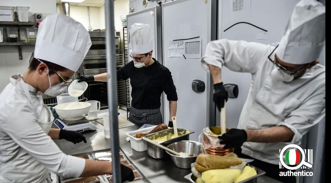 ristorazione-italia-cinese-cina-nuove-restrizioni-covid-coronavirus-cucina-guanti-mascherina-virus